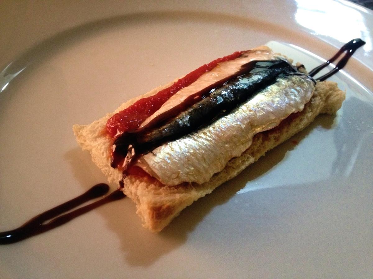 Tosta de sardinas marinadas con tomate