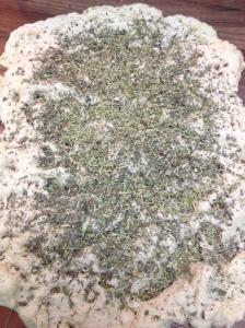 La cantidad de hierbas puede parecer ostentosa, pero cuando se mezcla es perfecta para que llegue a toda la masa.