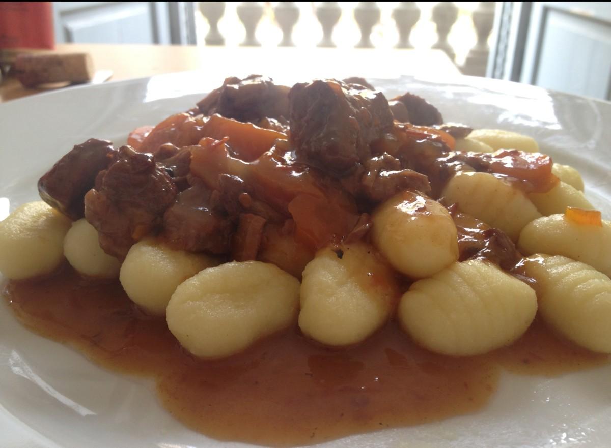 Ñoquis con salsa de estofado de ternera (o ñoquis con estofado, directamente)