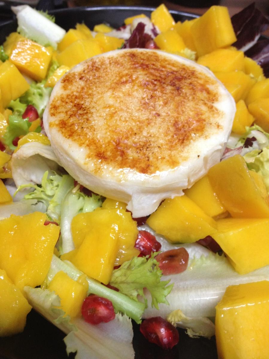 Ensalada de queso de cabra crujiente, mango y granada
